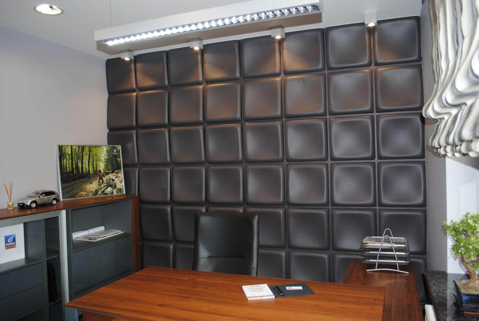 panel Tablet w kolorze szarym, na ścianie pokoju biurowego